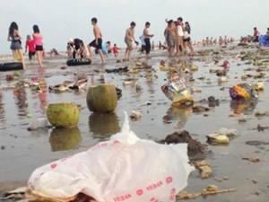 """Tin tức trong ngày - Bãi biển thành bãi rác: """"Đừng đòi hỏi du khách tự giác"""""""