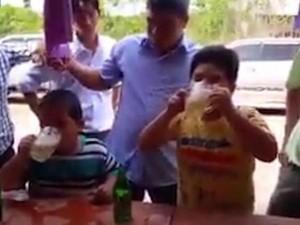 Thế giới - Báo nước ngoài viết về 2 cậu bé Việt Nam thi uống bia
