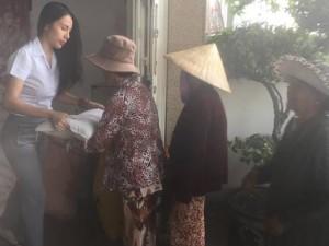 """Facebook 7.5: Thủy Tiên làm từ thiện cũng bị """"ném đá"""""""