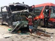 Tin tức trong ngày - Xe khách và xe tải tông nhau, 6 người nhập viện