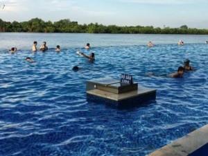 Tin tức trong ngày - Rơi xuống hồ bơi ở khu du lịch, bé 5 tuổi nguy kịch