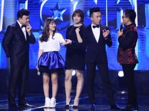 """Hari Won """"miễn cưỡng"""" nhìn Trấn Thành nắm tay cô gái khác"""