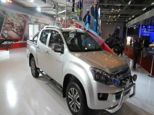 Soi xe bán tải mới Isuzu D-Max V-Cross giá 417 triệu đồng