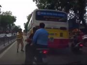 """Tin tức trong ngày - Video: Đi sau xe buýt né chốt 141, bị CSGT """"tóm sống"""""""