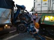 Tin tức trong ngày - Đâm vào xe container, tài xế xe tải rơi xuống đường