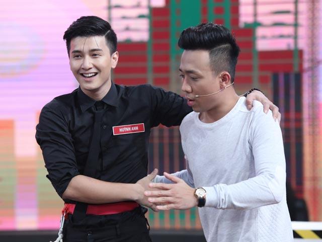 """Huỳnh Anh bất ngờ ôm trai đẹp khiến bạn gái """"hoang mang"""""""
