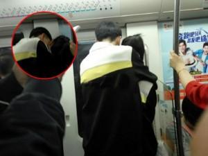 Cặp đôi học sinh ôm ấp, hôn hít nhau trên tàu điện ngầm