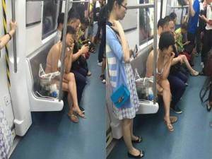 """Người phụ nữ mặc bikini đi tàu điện ngầm gây """"sốc"""""""