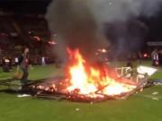 Bóng đá - Fan đốt sân vì đội nhà đá kém, sắp xuống hạng