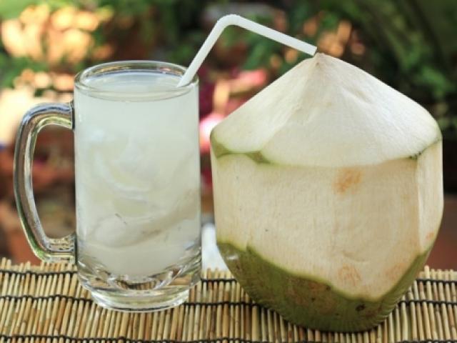 Những người tuyệt đối không được uống nước dừa