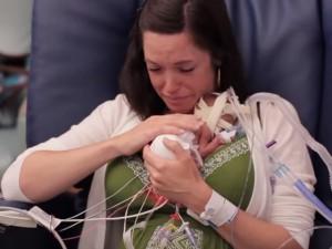 Bạn trẻ - Cuộc sống - Xúc động xem clip em bé sinh non chỉ nặng 680 gram
