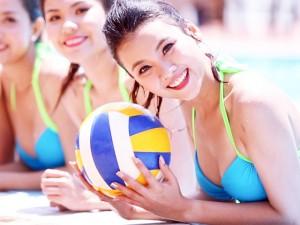 Thời trang - Thí sinh Hoa hậu Biển gợi cảm nô đùa bên bể bơi