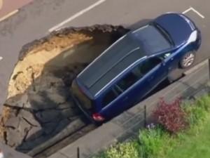 Ô tô - Xe máy - Video: Hố tử thần nuốt chửng ô tô 7 chỗ
