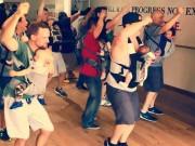 """Bạn trẻ - Cuộc sống - Những ông bố địu con nhảy khiến dân mạng """"phát sốt"""""""
