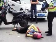 Thế giới - Bị ôtô húc văng, cô gái TQ nằm ngay giữa đường lướt mạng