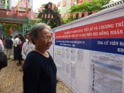 Tin tức trong ngày - Cụ bà 75 tuổi háo hức đi bầu cử từ sớm