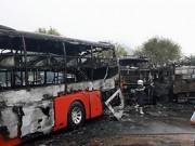 Tin tức trong ngày - Hiện trường kinh hoàng vụ 2 xe khách tông nhau bốc cháy