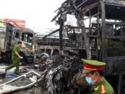 Video An ninh - 2 xe khách tông nhau bốc cháy, 12 người không thể nhận dạng