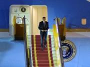 """Tin tức trong ngày - Khoảnh khắc ông Obama rời Không lực một, lên """"quái thú"""""""