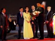 Bạn trẻ - Cuộc sống - Clip: 9X Việt cười tươi rói tặng hoa cho TT Obama