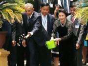 Tin tức trong ngày - Tổng thống Obama và Chủ tịch Quốc hội cho cá ăn tại Ao cá Bác Hồ