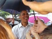 Tin tức trong ngày - Chùm ảnh: TT Obama đội mưa thăm hỏi người dân Hà Nội