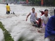 """Tin tức trong ngày - Hà Nội ngập sâu, 50.000 đồng/lần """"tăng bo"""" xe máy"""