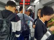 Bạn trẻ - Cuộc sống - Cặp đôi hôn nhau lên tục suốt 11 trạm tàu điện ngầm