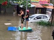 Tin tức trong ngày - Ngộ nghĩnh cảnh người HN chèo thuyền, bắt cá trên phố