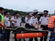 Tin tức trong ngày - 15 giờ vật lộn với tàu lật, cứu ngư dân trên biển