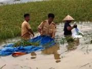 Tin tức trong ngày - CSGT lội ruộng, ngâm mình cứu lúa trong nước lũ
