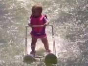 Thể thao - Bé 6 tháng chưa biết đi nhưng lướt sóng thành thần