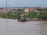 Tin tức trong ngày - Hơn 1 ngày sau trận mưa kỷ lục, Hà Nội vẫn ngập nặng