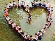 Giáo dục - du học - HS xếp hình trái tim chụp ảnh kỷ yếu trên sân trường bị ngập