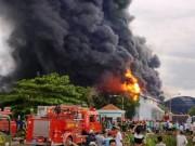 Tin tức trong ngày - TPHCM: Cháy lớn trong mưa, khói bốc cao hàng trăm mét