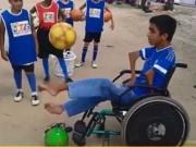 Bạn trẻ - Cuộc sống - Clip: Cậu bé ngồi xe lăn khéo léo tâng bóng cực đỉnh