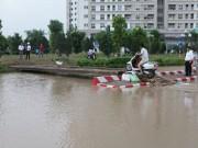 """Tin tức trong ngày - 2 ngày sau mưa lớn, người HN đi cầu tạm vào """"ốc đảo"""""""