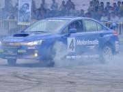 """Ô tô - Xe máy - Xem kỷ lục Guiness thế giới 65 tuổi trình diễn """"đốt lốp"""" xe ở Hà Nội"""