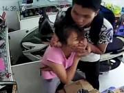Video An ninh - Clip: Tên cướp táo tợn dí dao vào cổ cô gái giật iPhone