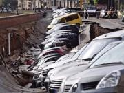 """Ô tô - Xe máy - """"Hố tử thần"""" nuốt trọn 20 chiếc xe hơi"""