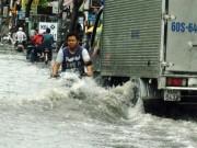 Tin tức trong ngày - Mưa một giờ, đường phố Sài Gòn ngập khủng khiếp