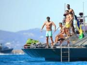 Bóng đá - Nghỉ xả hơi, Ronaldo tắm biển cùng dàn… trai đẹp