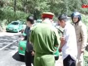 Video An ninh - 4 côn đồ đâm trọng thương tài xế taxi sau TNGT