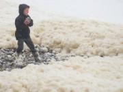 Thế giới - Anh: Giữa mùa hè, bờ biển trắng xóa như cảnh mùa đông