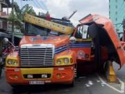 Tin tức trong ngày - Cuộn thép nặng hàng chục tấn đè nát cabin xe container