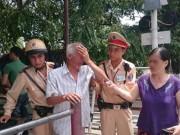 Tin tức trong ngày - CSGT chặn kịp thời, cứu ông cụ định lao xe vào tàu hỏa