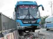 Tin tức trong ngày - TPHCM: Gần 100 người gào khóc trên 2 xe khách tông nhau