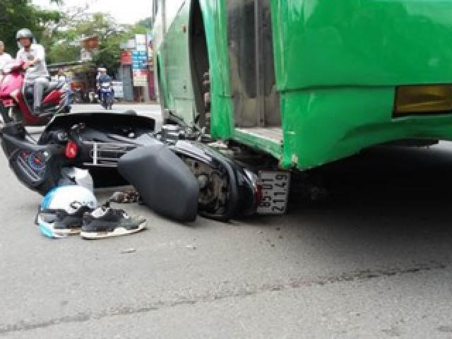 Nam sinh viên bị xe buýt cuốn vào gầm, kéo lê trên đường