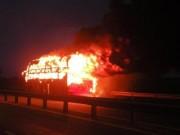 Tin tức trong ngày - Xe khách cháy dữ dội, 35 khách vừa chạy vừa la hét