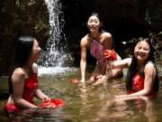 Bạn trẻ - Cuộc sống - Gái trẻ mặc yếm thả rông tắm trước mặt du khách